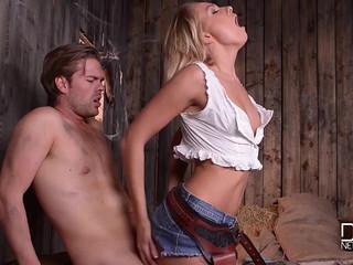 Фермерша и батрак в сарае на сене