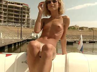 Кудрявая блондинка трахается на катере