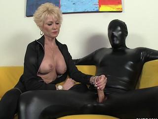 Зрелая баба в чёрном дрочит мужику