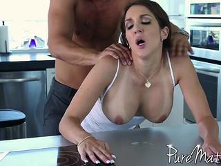 Сексуальная брюнетка красиво ебется