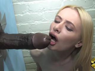 Худая блонди насаживает свою киску