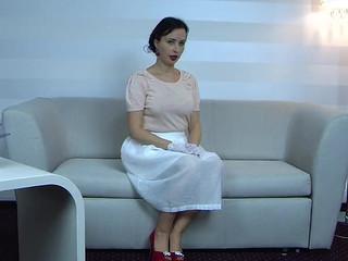 Женщина в розовом белье и чулочках